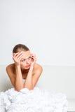 哀伤的新娘哭泣的坐沙发 免版税库存图片