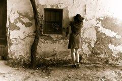 哀伤的无法认出的妇女 免版税库存图片