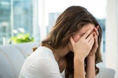 哀伤的沙发妇女 免版税库存图片