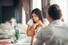 哀伤的沮丧的妇女口头上被攻击 精神上滥用 缺席在交谈 听没有 私有问题 图库摄影