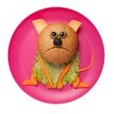 哀伤的猫由面包、乳酪和菜做成在桃红色板材 库存照片