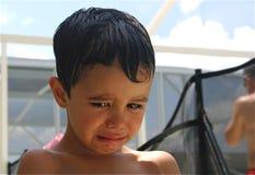 哀伤的男孩弄湿了 免版税库存照片