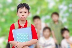 哀伤的男小学生在学校 免版税图库摄影