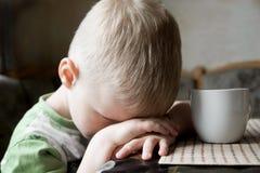 哀伤的疲乏的孩子 免版税库存图片
