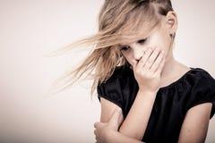 哀伤的白肤金发的小女孩画象  免版税图库摄影
