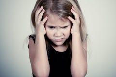哀伤的白肤金发的小女孩画象  免版税库存图片