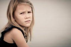 哀伤的白肤金发的小女孩画象  库存照片