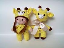 哀伤的矮小的钩针编织的长颈鹿,悲观 手工制造,玩具, amigurumi 免版税库存照片