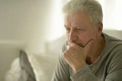 哀伤的老人在家 图库摄影