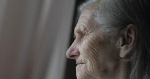 哀伤的老妇人的特写镜头面孔有深皱痕的 股票视频