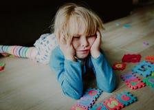 哀伤的被注重的小女孩,绝望 免版税库存图片