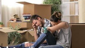 哀伤的被赶出的夫妇抱怨的移动的家 影视素材