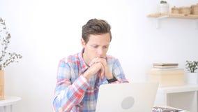 哀伤的设计师在工作,沮丧,迷茫,担心 免版税库存照片