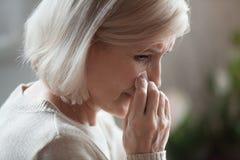 哀伤的资深妇女哀悼的哭泣的抹撕毁追悼的失去的爱 图库摄影