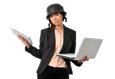 哀伤的重音的企业红发妇女在与计算机一起使用 免版税图库摄影