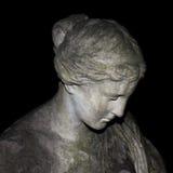 哀伤的雕象妇女 免版税库存图片