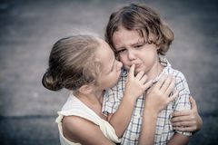 哀伤的青少年的女孩和小男孩画象  库存图片