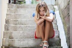 哀伤的青少年的女孩户外 免版税库存图片