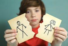 哀伤的青春期前的男孩不快乐关于父母离婚 库存图片