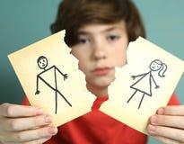 哀伤的青春期前的男孩不快乐关于父母离婚 免版税图库摄影