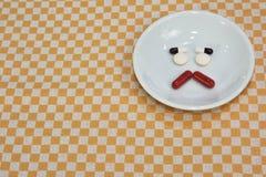 哀伤的面孔由医学制成 止痛药片剂 在瓷盘的色的药片 被分类的配药药片 图库摄影