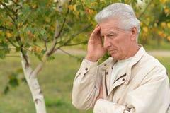 哀伤的年长人户外 库存图片