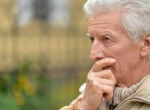 哀伤的年长人户外 免版税库存照片
