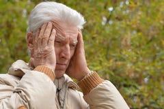 哀伤的年长人户外 图库摄影