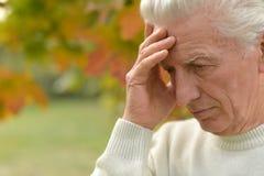 哀伤的年长人户外 库存照片