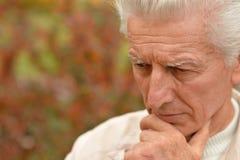 哀伤的年长人户外 免版税图库摄影