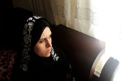 哀伤阿拉伯回教妇女凝视 免版税库存图片