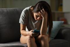 哀伤青少年是在网上胁迫网络的受害者 免版税库存图片