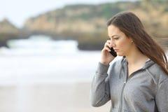 哀伤青少年谈话在电话 免版税库存照片