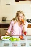 哀伤饮食的女孩保持 免版税库存图片
