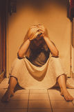 哀伤,沮丧和孤独的妇女坐地垫,在裙子,赤足 库存照片