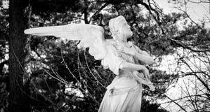 哀叹人的罪孽天使的雕塑 免版税库存图片