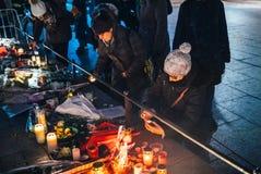 哀悼在史特拉斯堡人的妇女付进贡到受害者  免版税库存照片