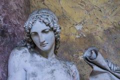 哀悼的雕象妇女 免版税库存照片