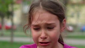 哀情和悲伤的哭泣的孩子 哭泣与在面孔的泪花的孩子 股票录像