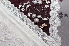 织品、女用贴身内衣裤tull和不同的缝合的供应 免版税图库摄影