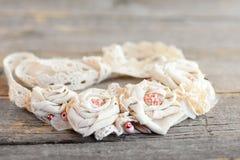 织品与鞋带修剪、小珠和毛毡基地的花项链 妇女和女孩的夏天可爱的纺织品首饰 库存图片