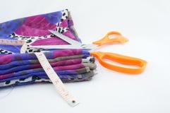 织品剪刀和磁带 免版税库存图片