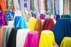织品和纺织品的各种各样的颜色在商店待售 图库摄影