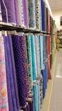 织品商店:明亮的颜色和样式 免版税库存图片