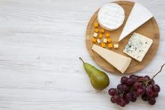 品尝乳酪用在白色木背景的果子 酒的,顶视图食物 平的位置,从上面 库存照片