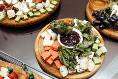 品尝乳酪盘 在桌上的可口乳酪 表setti 免版税库存照片