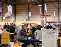 品尝和买法国葡萄酒的顾客在Vignerons indep 库存图片