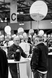 品尝和买法国葡萄酒的顾客在Vignerons indep 免版税库存图片