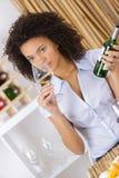 品尝白葡萄酒的年轻美丽的妇女在餐馆 库存照片