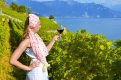 品尝红葡萄酒的妇女 库存照片